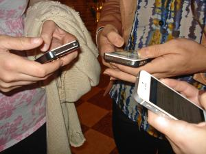 students using iPhones.